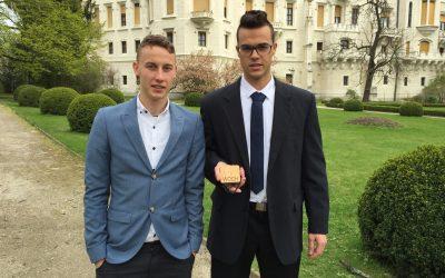 Enersol 2017: Leseni brezžični polnilec za telefon – WOCH