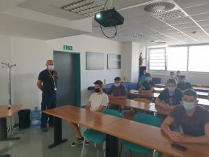 V učilnici baze AMZS v Ljubljani